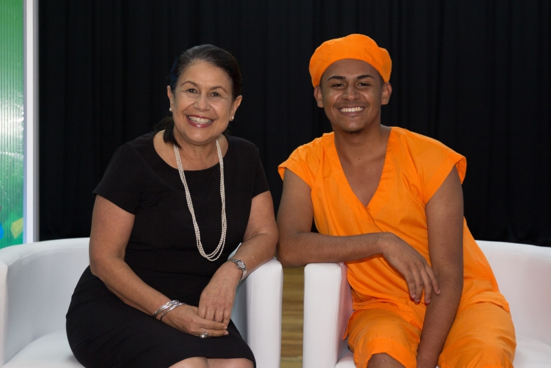 La señora Ministra de Educación, Sonia Marta Mora con estudiante del CTP Roberto Evans
