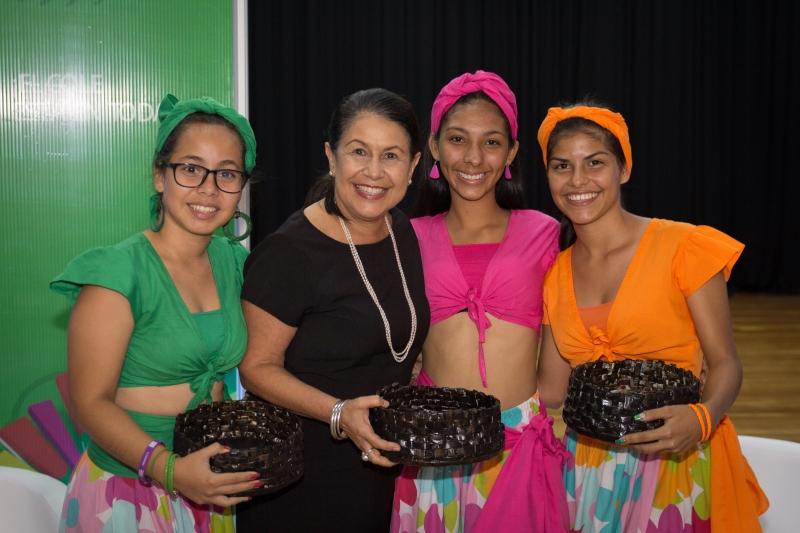 La señora Ministra de Educación, Sonia Marta Mora con estudiantes del CTP Roberto Evans